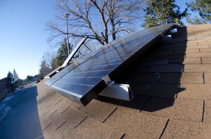 高架の上の太陽光パネル