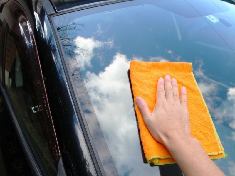 車の窓ガラスを拭く