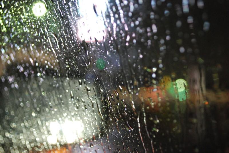雨で視界の悪い車の窓