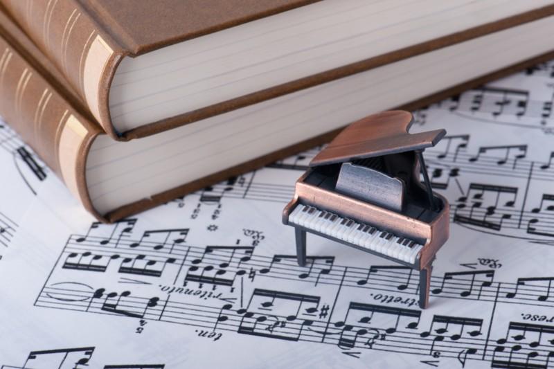 譜面とピアノ
