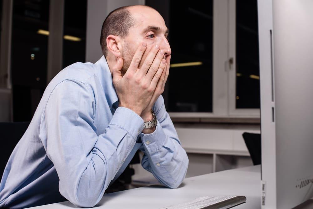 PCの前で困った男性