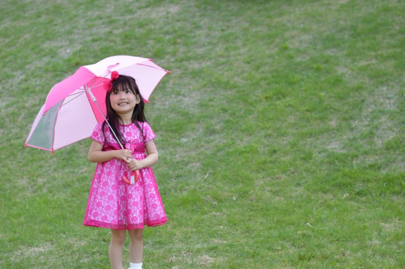 傘を差す女の子