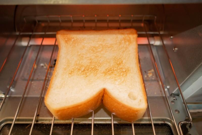 トースターで食パンを焼く