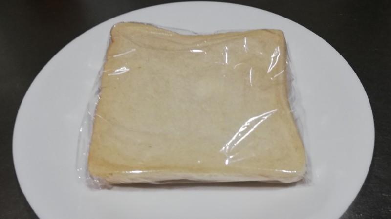 食パンをラップで包む