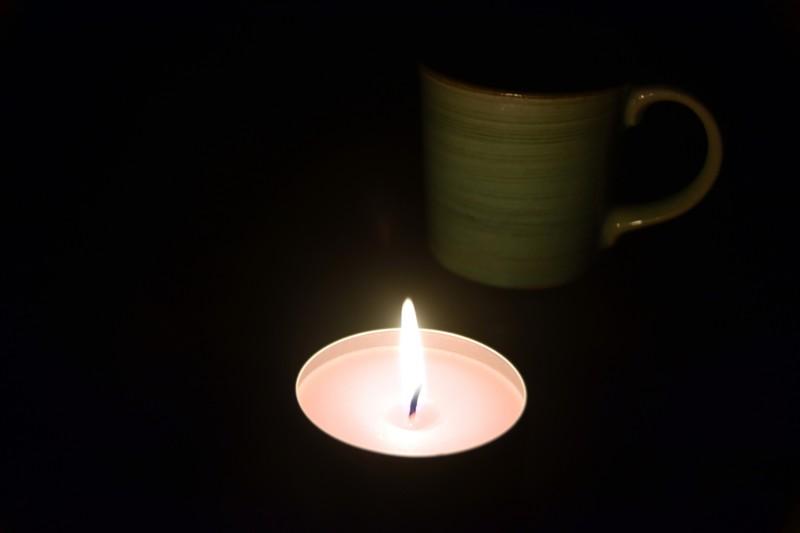 停電でロウソクを灯す