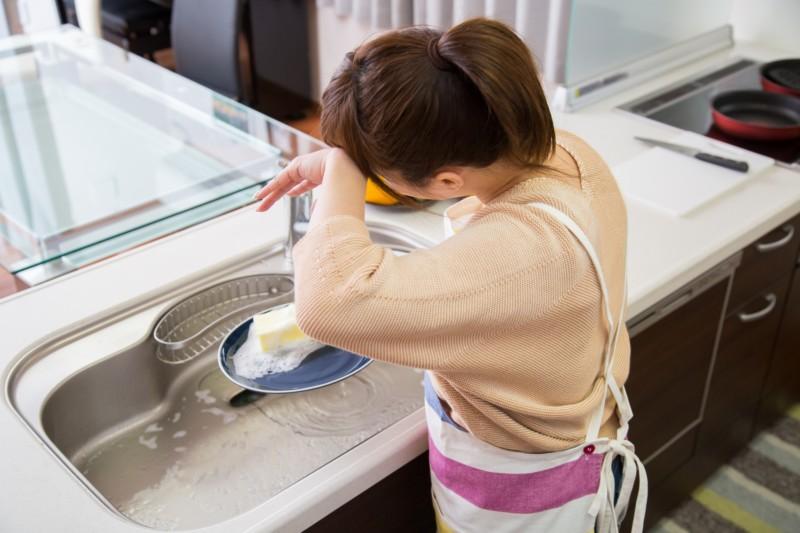 洗い物をする女性