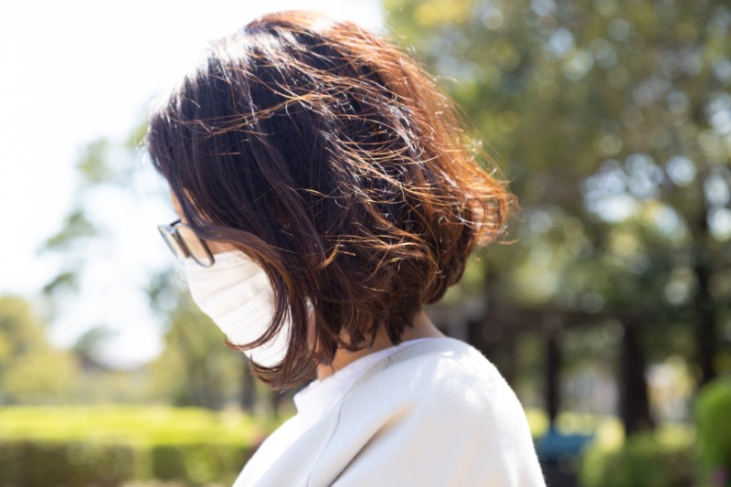 マスクでメガネをかけた女性