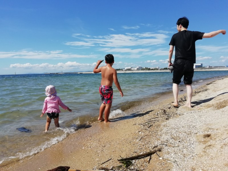子供連れで海水浴
