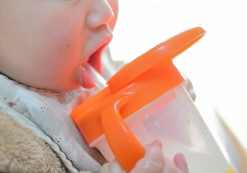 麦茶を飲む赤ちゃん