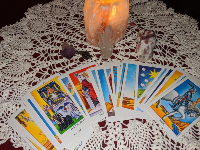 タロットカードと水晶