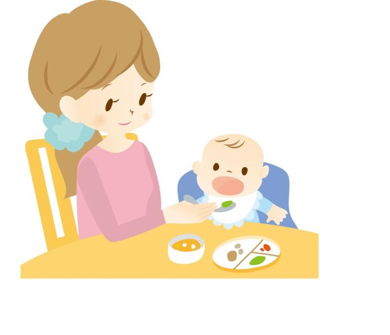 離乳食を食べさせるお母さん
