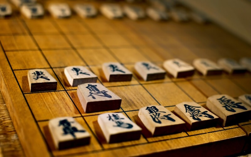 古く使い込まれた将棋盤と駒