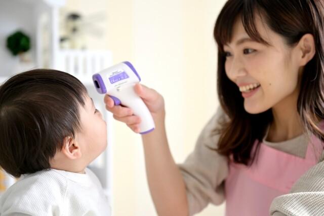 体温を計る親子